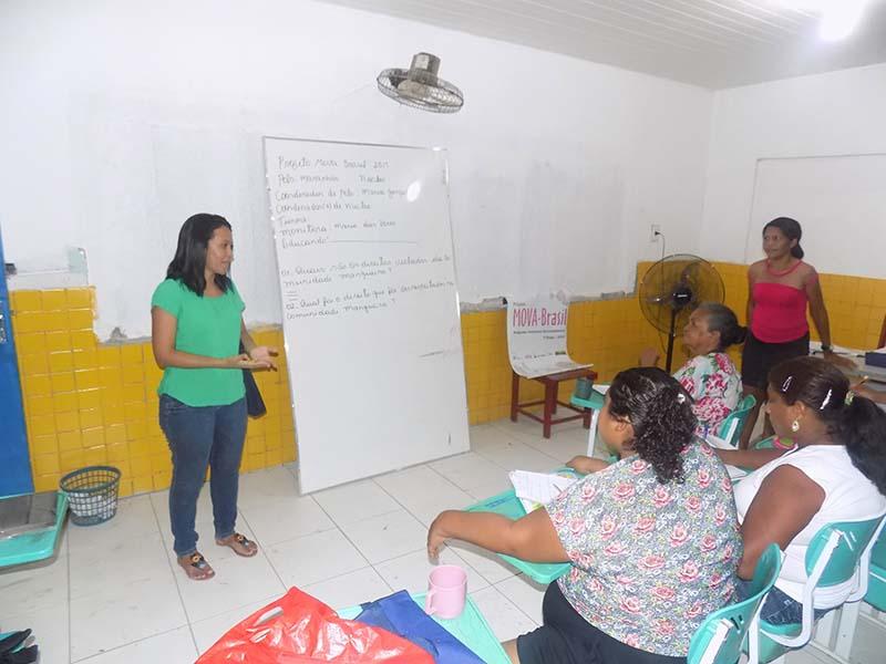 Dalila Calisto (assistente pedagógico do Polo MA) dialogando com a turma