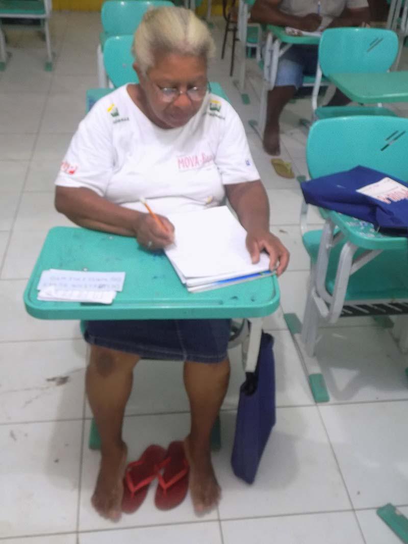 Educanda Deuselina Alves (68 anos) realizando atividade de leitura e escrita