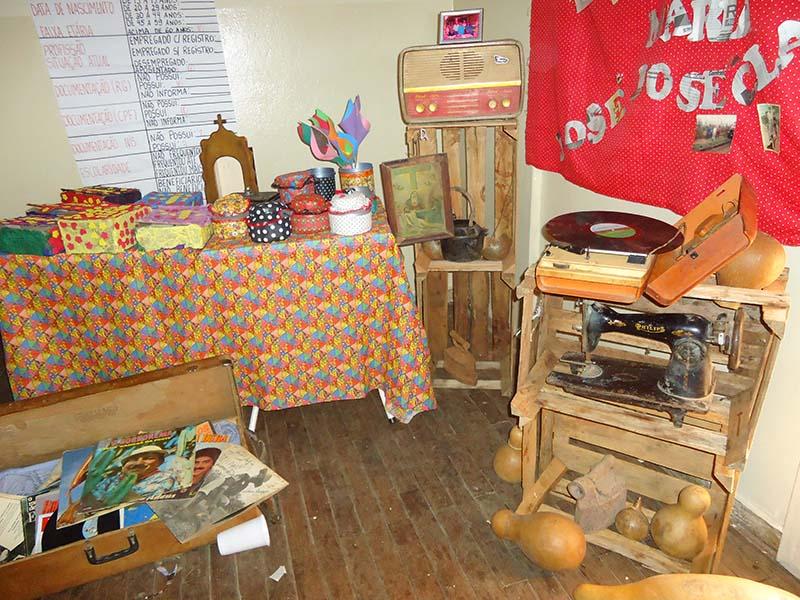 Exposição de objetos recontando a história de seus usos inseridos na história de vida dos educandos