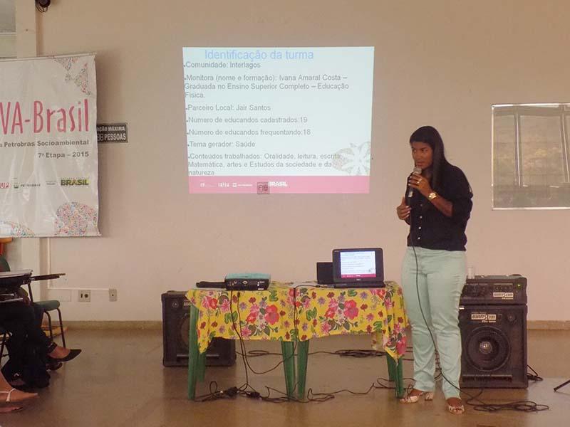 Monitora Ivana Costa apresentando a prática da turma da comunidade Interlagos do município de Montes Claros-MG.
