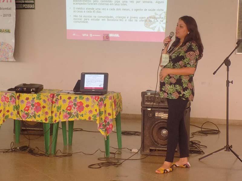 Monitora Luanne Alves apresentando a prática da turma do Acampamento Garrote do município de Bocaiúva-MG.