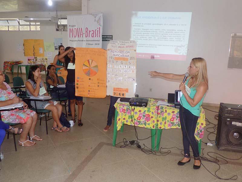 Monitora Maria Ribeiro apresentando a prática da turma da comunidade Retiro do município de Grão Mogol-MG.