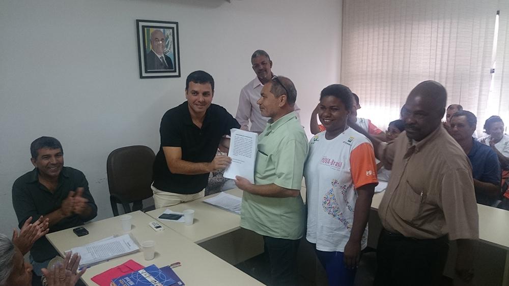 Audiência Nova Iguaçu Educando Antonio, Monitora e Parceiro entregando abaixo assinado