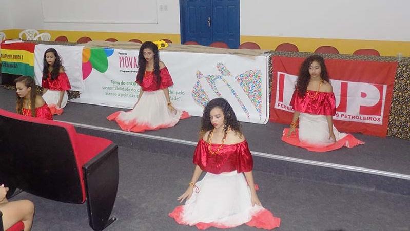 Apresentação cultural do Grupo Cultural Beija Flor