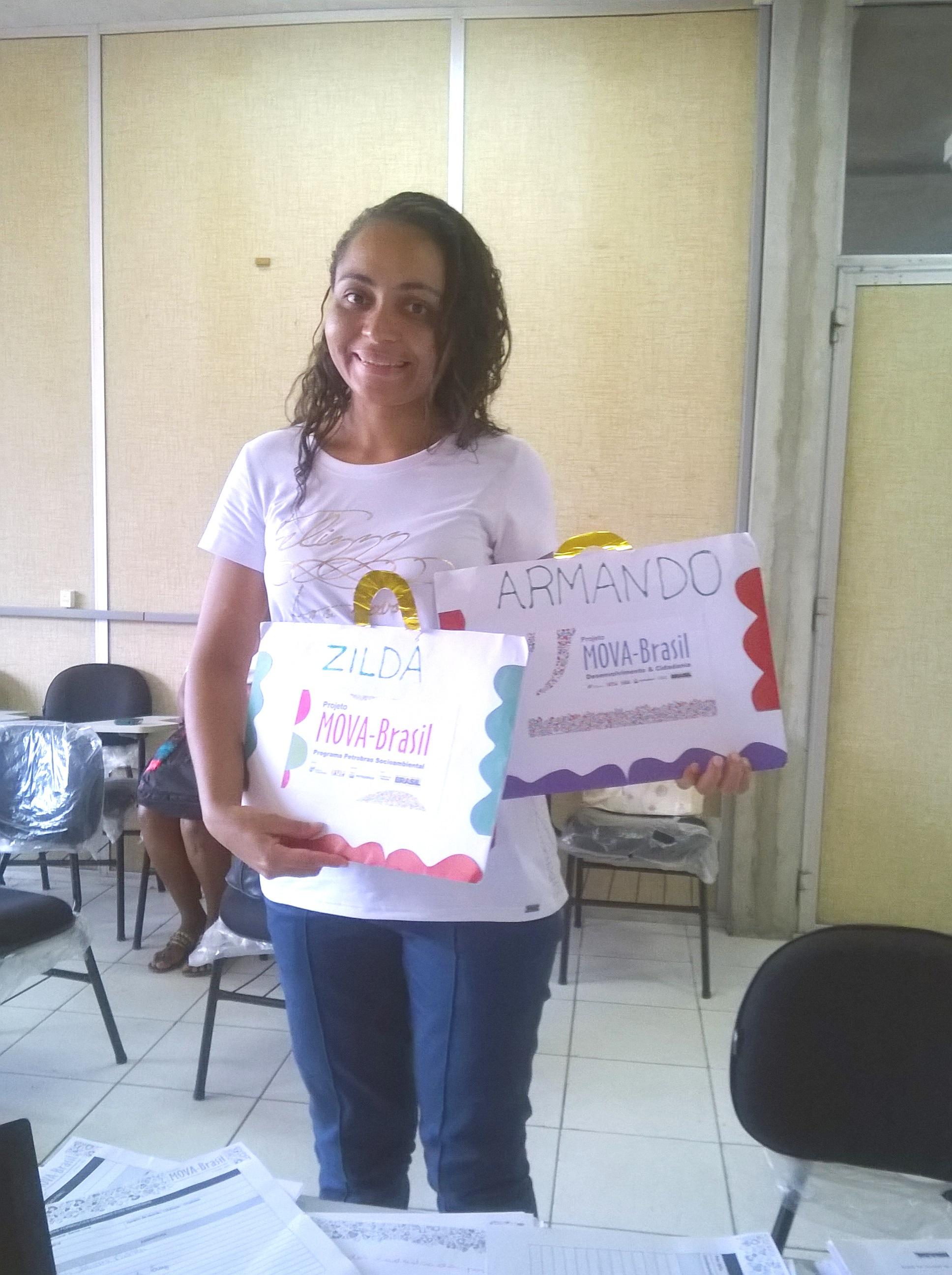 Monitora Adeildes e os portfólios dos alunos acompanhados pela coordenação local