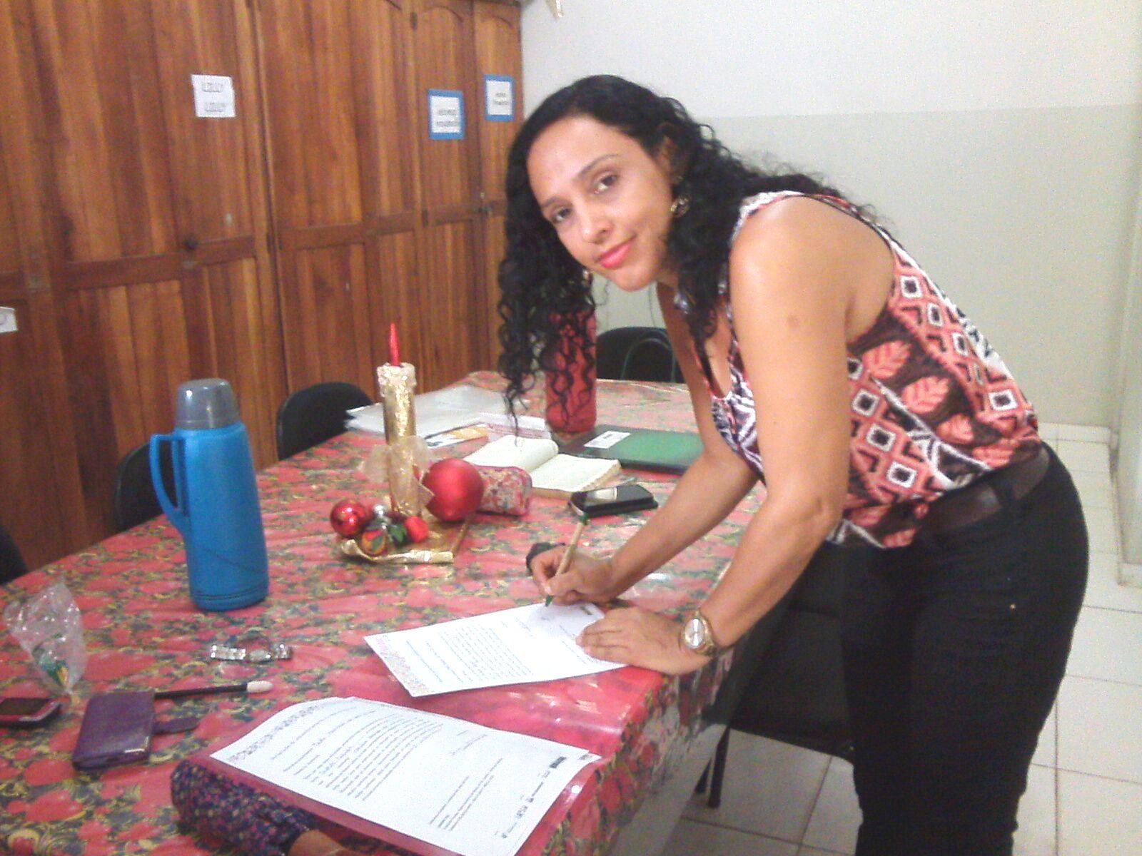 Solange da Costa assinando Declaração de Encaminhamento da turma Cidade de Refúgio